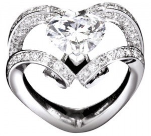 """Amanpuri"" bridal ring set in 18k white gold with central heart-shaped diamond and diamonds pave."