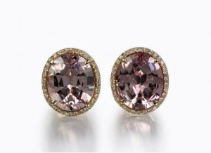 Oval-shaped violet earclips set in yellow gold with diamonds