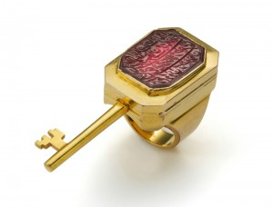 Seal ring with hidden key in gold, set with spinel. South India, Hyderabad, 1884-85. The Al-Thani Collection.