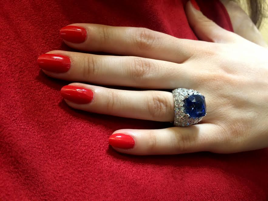 Natural Ceylon sapphire ring surrounded with diamonds mounted in white gold, Waskoll Paris